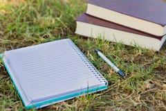 Notizbuch mit Büchern Lizenzfreies Stockbild