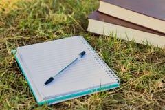 Notizbuch mit Büchern Lizenzfreies Stockfoto