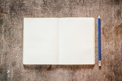 Notizbuch mit Bleistift Lizenzfreie Stockfotos