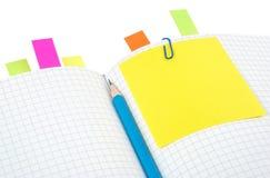 Notizbuch mit Bleistift und Bookmarks Lizenzfreie Stockfotografie