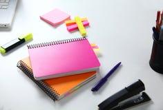 Notizbuch mit Bleistift und Bookmarks getrennte alte Bücher Lizenzfreie Stockfotografie