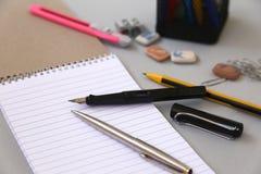 Notizbuch mit Bleistift und Bookmarks getrennte alte Bücher Lizenzfreies Stockfoto
