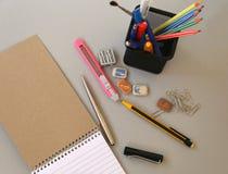 Notizbuch mit Bleistift und Bookmarks getrennte alte Bücher Stockfotografie