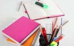 Notizbuch mit Bleistift und Bookmarks getrennte alte Bücher Lizenzfreies Stockbild