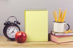 Notizbuch mit Bleistiften und Buch auf Holztisch Stockfoto