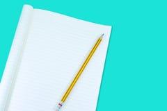 Notizbuch mit Bleistiftisolat auf grünem Hintergrund Stockbilder
