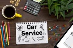Notizbuch mit einem Anmerkungen Auto-Service am Bürotisch mit Werkzeugen Konzept mit Elementen von infographics Lizenzfreie Stockfotos