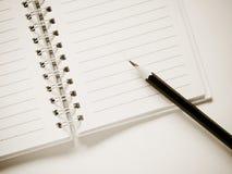 Notizbuch mit einem Bleistift Lizenzfreies Stockfoto