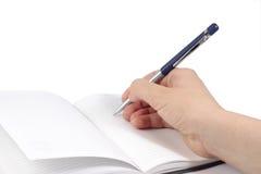 Notizbuch mit einer Hand, die eine Feder anhält Lizenzfreies Stockbild
