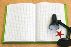 Notizbuch mit einer Lampe und einem Starfish Lizenzfreies Stockbild