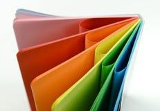 Notizbuch mit farbigen Blättern Stockfotos