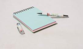 Notizbuch mit farbigen Seiten Lizenzfreie Stockbilder