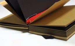 Notizbuch mit Feder Lizenzfreie Stockfotografie