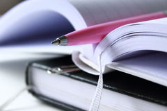 Notizbuch mit Feder Stockfotos