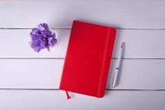 Notizbuch mit Feder auf weißem Hintergrund Stockfoto