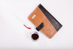 Notizbuch mit Feder auf weißem Hintergrund isolat lizenzfreie stockfotos
