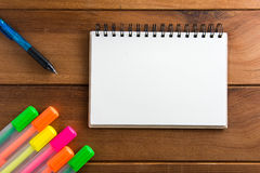 Notizbuch mit Höhepunkten eines Stiftbretterbodens Stockbilder