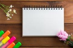 Notizbuch mit Höhepunkten eines Stiftbretterbodens Stockbild