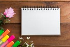 Notizbuch mit Höhepunkten eines Stiftbretterbodens Stockfotografie