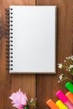 Notizbuch mit Höhepunkten eines Stiftbretterbodens Lizenzfreies Stockbild