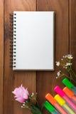 Notizbuch mit Höhepunkten eines Stiftbretterbodens Lizenzfreies Stockfoto