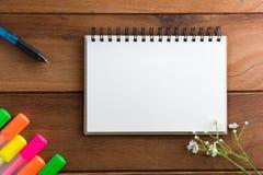 Notizbuch mit Höhepunkten eines Stiftbretterbodens Stockfoto