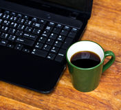 Notizbuch mit Kaffeetasse auf Holztisch Stockbild