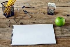 Notizbuch mit Leerseiten auf einem Holztisch Lizenzfreies Stockbild