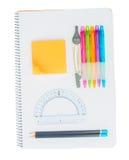 Notizbuch mit Schulbedarf Lizenzfreie Stockfotos