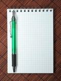 Notizbuch mit Stift Lizenzfreie Stockfotos