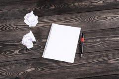 Notizbuch mit Stift auf alten Brettern lizenzfreies stockfoto