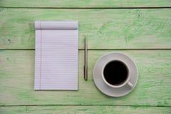 Notizbuch mit Tasse Kaffee Lizenzfreie Stockfotografie