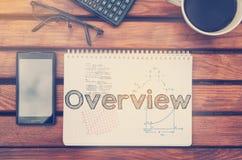 Notizbuch mit Text innerhalb des Überblicks auf Tabelle mit dem Kaffee, beweglich Stockbild