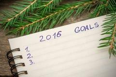 Notizbuch mit Zielen von Jahr 2016 auf hölzernem Hintergrund Stockbilder