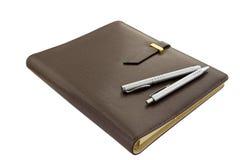 Notizbuch mit zwei Federn Lizenzfreie Stockfotografie