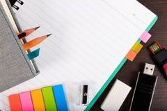 Notizbuch, Papieranmerkung und usb-Blitz fahren mit Bleistift auf hölzernem t Lizenzfreie Stockfotografie