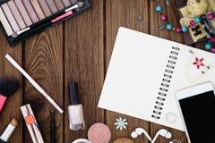 Notizbuch, Smartphone, Anmerkungsbuch mit white pages und Frauen acces Lizenzfreie Stockbilder