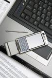 Notizbuch, smartphone und Finanzreport. Stockbilder