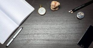 Notizbuch, Stift, Bleistift, Bleistiftspitzer und Smartphone Lizenzfreie Stockfotos