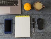 Notizbuch, Notizbuch, Stift, Orange, Telefon und Kaffeetasse auf dem dar lizenzfreies stockfoto