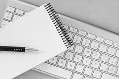Notizbuch-, Stift- und Computertastatur Lizenzfreie Stockbilder