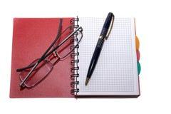 Notizbuch, Stift und Gläser Stockfoto