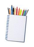 Notizbuch, Stifte und Bleistifte Stockfotografie