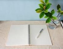 Notizbuch und Blätter Stockfotografie