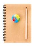 Notizbuch und Bleistift über weißem Hintergrund. Zurück zu Schule-conce Stockbilder