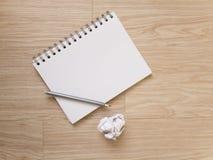 Notizbuch und Bleistift auf Holzfußboden Stockfoto