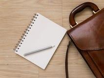 Notizbuch und Bleistift auf Holzfußboden Stockbild