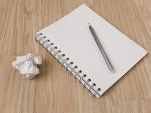 Notizbuch und Bleistift auf Holzfußboden Lizenzfreie Stockbilder