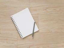 Notizbuch und Bleistift auf Holzfußboden Stockfotos