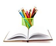 Notizbuch und Bleistifte Lizenzfreie Stockfotos